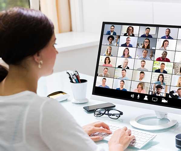 Junge Frau vor dem Monitor bei der Coaching Ausbildung Online
